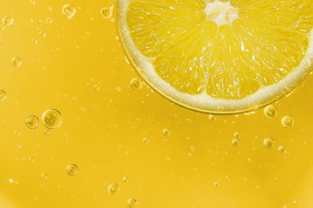 A closeup shot of a lemon slice in water (From:Pixabay).