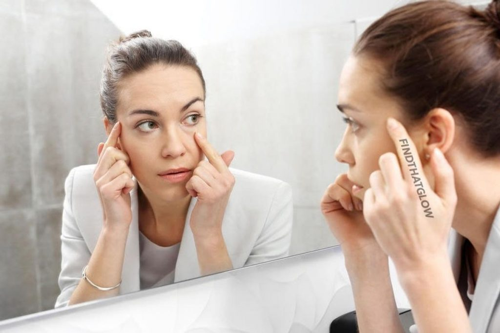 Woman looking in mirror (From:123rf.com)