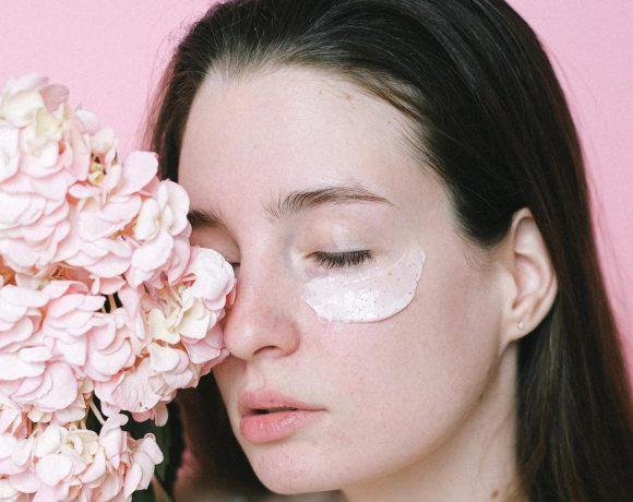 Woman applying eye cream (From: Pexels)