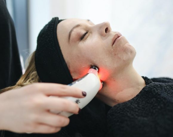 A woman getting a facial laser from a professional. (Photo from: Pexels)